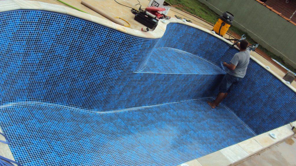Colocação do revestimento em vinil para piscinas