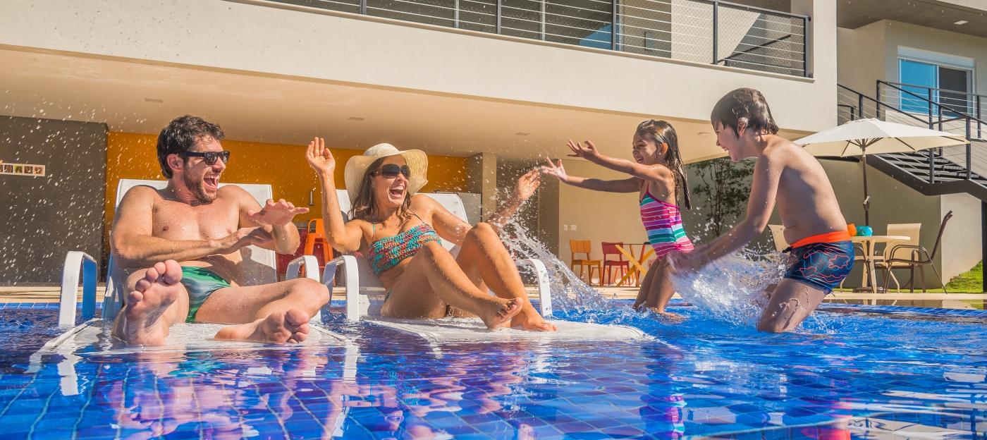 Como aproveitar a piscina em família