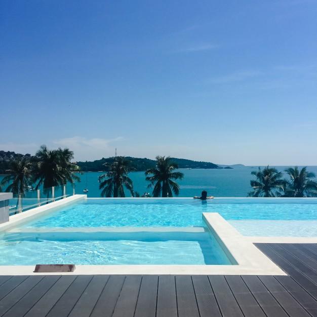 Como são feitas as piscinas com borda infinita?