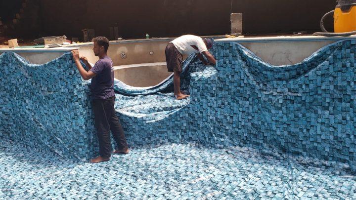 Como o vinil é fixado em uma piscina de vinil .